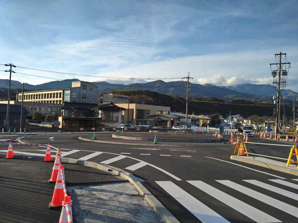 長野県高森町のラウンドアバウトの写真1。下市田工業団地方面から左奥に厚生病院を望む