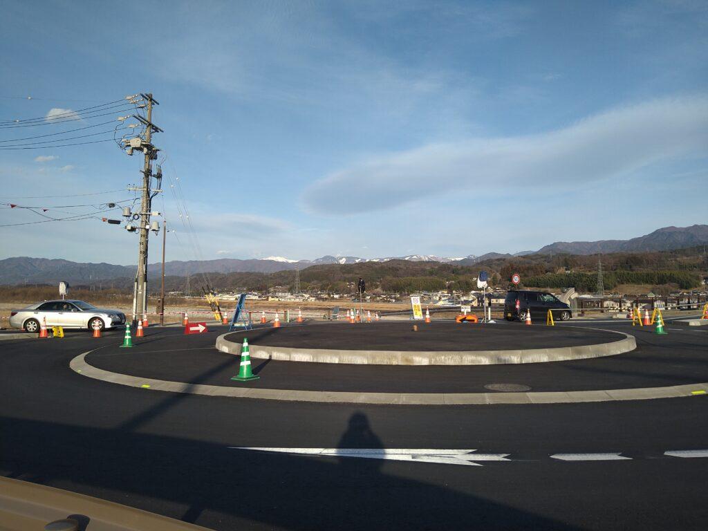 長野県高森町のラウンドアバウトの写真2。ポールの中まで入って激写…